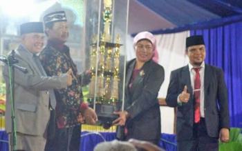 Wakil Bupati Sugiyarto saat menyerahkan piala bergilir Bupati Lamandau kepada Camat Bulik Atie Dieni, dalam penutupan STQ VII kabupaten Lamandau 2017, Selasa (21/3/2017) malam.