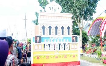 Miniatur Masjid Agung Kabupaten Sukamara saat dibawa berkeliling oleh peserta pawai taaruf di STQ tingkat Provinsi Kalimantan Tengah.
