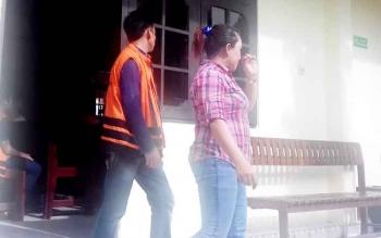 Dewi Wanti dan suamianya, Rijal, terdakwa kasus zenith Sampit usai jalani sidang dalam kasusnya beberapa waktu lalu.