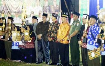 Para pemenang pada STQ Lamandau 2017 berfoto bersama dengam Wakil Bupati, wakil ketua DPRD, ketua LPTQ dan sejumlah pihak lainnya.