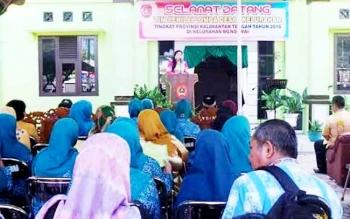 Ketua Rombongan Tim Penilai Lomba Desa tiba di kantor Kelurahan Mendawai, belum alama ini.