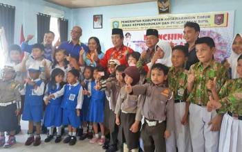 Kepala Dinas Disdukcapil Marjuki bersama Wakil Bupati Taufiq Mukri, saat Launching KIA dengan perwakilan sekolah di Kotim beberapa waktu lalu