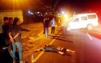 Salah seorang penumpang truk terkapar usai mobil yang dikemudikan sang sopir bertabrakan dengan ambulans yang membawa pasien melahirkan di jalan Ahmad Yani km 3 Kelurahan Baru Pangkalan Bun belum lama ini.