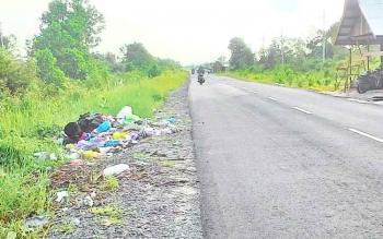 Masyarakat menumpuk sampah di pinggir jalan Yos Sudarso ujung. Memang di sepanjangan jalan ini tidak ditemukan TPS apalagi Depo sampah.