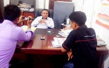 Kepala Dinas Tenaga Kerja dan Transmigrasi Murung Raya, Syahrial Pasaribu saat dikonfirmasi Borneonews bersama awak media di ruang kerjanya, Rabu (22/3/2017).