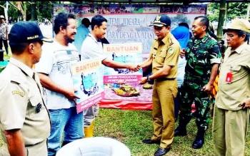 Bupati Barito Utara Nadalsyah saat menyerahkan bantuan mesin penggiling jagung secara simbolis kepada anggota kelompok tani, Rabu (22/3/2017).