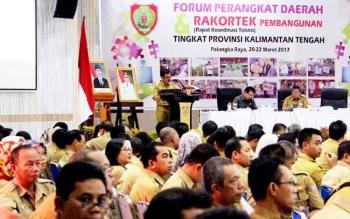 Kepala Bappedalitbang Kalteng, Herson B Aden menutup acara Rakortek