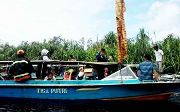 Sebuah kelotok tengah mengarungi Sungai Bulan Kecamatan Mendawai Kabupaten Katingan. Sungai Bulan ini termasuk wilayah TN Sebangau.
