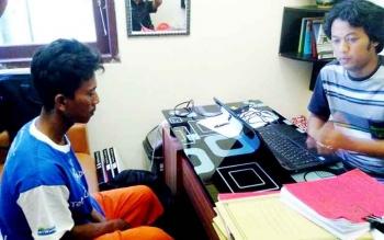 Pelaku persetubuhan anak di bawah umur, Yudianto alias Sarwan (kiri), diperiksa aparat di Polres Pulang Pisau, Rabu (22/3/2017).