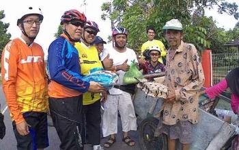 Sejumlah anggota pesepada dari Seruyan Bike Club saat memberikan santunan Kepada Anang Jailani, kakek pencari sampah plastik di Kuala Pembuang, Rabu (22/3/2017) sore.