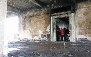 Polisi membawa saksi memperagakan detik demi detik sebelum api berkobar.