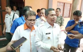 Bupati Seruyan Sudarsono bersama Ketua PWI Provinsi Kalteng Sutransyah memberikan keterangan seputar PWI kepada wartawan di Kuala Pembuang, Rabu (22/3/2017).