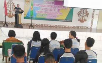 Kepala Dinas Pengendalian Penduduk dan Keluarga Berencana Kabupaten Gunung Mas Isaskar menyampaikan sambutan saat membuka kegiatan Advokasi dan KIE Generasi Berencana di GPU Tampung Penyang, Kuala Kurun, Kamis (23/3/2017).
