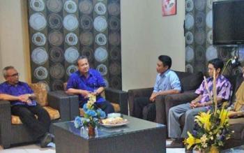 Rektor UMK Dr Suparnyo SH. MS. didampingi Wakil Rektor IV Dr. Subarkah SH. M.Hum saat menerima kunjungan Komisioner KPU Kabupaten Kudus, Rabu (22/3/2017).