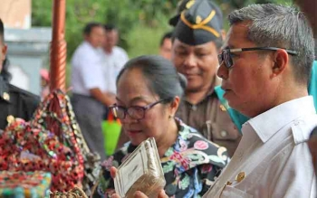 Bupati Seruyan Sudarsono saat melihat hasil kerajinan olahan yang tampilkan peserta Seruyan Expo tahun lalu.
