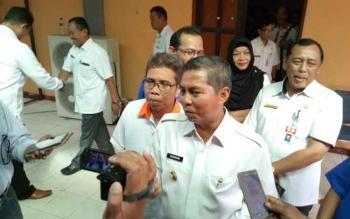 Bupati Seruyan Sudarsono didampingi Ketua PWI Propinsi Kalteng Sutransyah memberikan keterangan seputar PWI kepada wartawan di Kuala Pembuang, Rabu (22/3/2017).