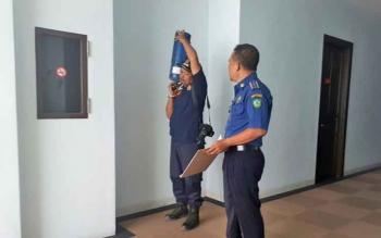 Petugas Dinas Damkar sedang mengecek apar di Grand Hotel, Sampit, Kamis (23/3/2017).