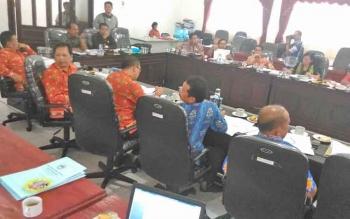 DPRD Gunung Mas bersama pihak eksekutif menggelar rapat pembahasan raperda penyertaan modal ke PDAM dan Bank Kalteng, Kamis (23/3/2017).