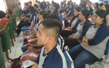 Para siswa SMA dan SMP mengikuti kegaiatan Advokasi dan KIE tentang Generasi Berencana di GPU Tampung Penyang, Kuala Kurun, Kamis (23/3/2017)
