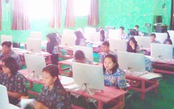 Para siswa SMAN 1 Tamiang Layang mengikuti USBN-BK terakhir, Kamis (23/3/2017)