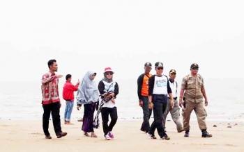 Bupati Seruyan Sudarsono (depan topi hitam) saat meninjau kawasan pantai di Kuala Pembuang.