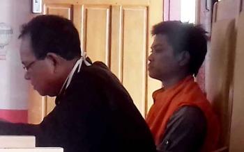 Dowang Asmara (pakai rompi) didampingi penasihat hukumnya Burhansyah saat menjalani sidang di Pengadilan Negeri Sampit.