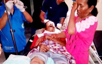 Sejumlah petugas medis merawat Tuwo, korban kecelakaan yang ditabrak pikap dari arah belakang.