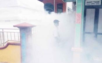 Dinas Kesehatan (Dinkes) Sukamara saat melakukan pengasapan di Kecamatan Jelai Kabupaten Sukamara.