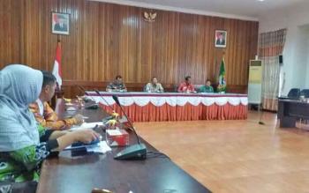 Bupati Seruyan Sudarsono (dua dari kiri) saat mengikuti pemilihan ketua KONI Seruyan periode 2017-2021, di aula kantor bupati Lantai II, Kamis (23/3/2017).