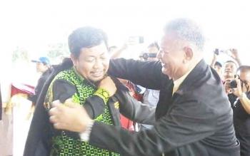 Ketua STAHN Tampung Penyang Palangkaraya I Ketut Subagyasta memakaikan jaket KKN kepada Bupati Ahmad Yantenglie, Kamis (23/3/2017).
