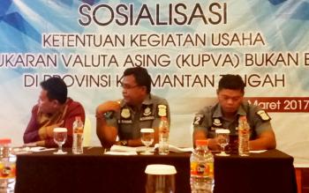 Manajer Unit Pengawasan Sistem Pembayaran Pengelolaan Uang Rupiah dan Keuangan Inklusif KPW Bank Indonesia Provinsi Kalimantan Tengah, Paulus BW Sopamena, sedang menjelaskan cara menjalankan usaha pertukaran uang, Kamis (23/3/2017).