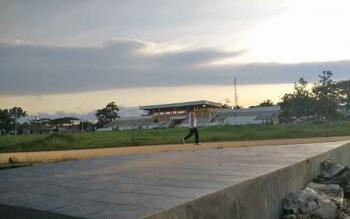 Kondisi lapangan Stadion Swakarya, Muara Teweh, Kabupaten Barito Utara, yang akan digunakan untuk pertandingan cabang sepak bola pada Porprov Kalteng 2018.
