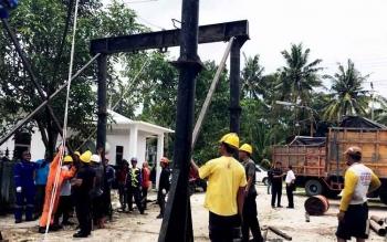 Para pekerja tengah memasang crane untuk menurunkan mesin PLTD dari truk besar (TB) di kantor PLTD Pangkalan Bun, Jalan Paku Negara, Kamis (23/3/2017)