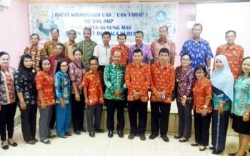 Sekretaris Dinas Pendidikan dan Kebudayaan Kabupaten Gunung Mas, Adrinedy (enam dari kanan) foto bersama dengan kepala SMP/MTs, Kamis (23/3/2017)