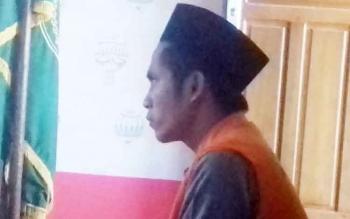 Samsul terdakwa kasus pembunuhan saat jalani sidang di Pengadilan Negeri Sampit.