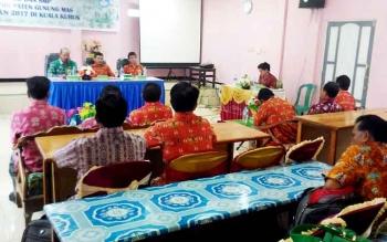 Ketua Panitia Rakor UAS dan UN tahap I, Brikson (paling kiri) menyampaikan laporan, Kamis (23/3/2017)