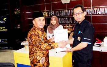 Gubernur Sugianto menyerahkan lembar SPT kepada Kepala Kanwil DJP Kalselteng, Imam Arifin di KPP Pratama Jalan Yos Sudarso Palangka Raya, Kamis (23/3/2017)