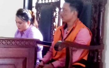 Dewi Wanti dan suaminya Rijal, terdakwa kasus peredaran zenith dalam persidangan di PN Sampit.