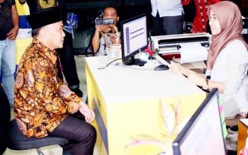 Gubernur Sugianto mengisi formulir pelaporan SPT tahunan PPh orang pribadi dan pelaporan SPH tax amnesty di Kantor Pelayanan Pajak Pratama, Jalan Yos Sudarso, Palangka Raya, Kamis (23/3/2017).