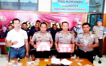 AKBP Hendra Wirawan bersama tiga perwira Polres Kotim sedang ekspos kasus narkoba, pada saat dirinya masih menjabat sebagai kapolres Kotim.