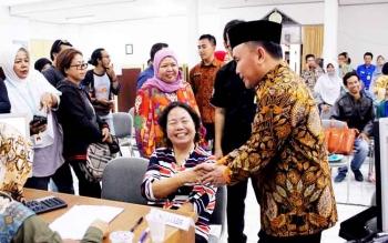 Gubernur Sugianto usai melakukan pelaporan pajak orang pribadi dan mengikuti TA, menyempakan diri untuk memantau warganya yang sedang melakukan pelaporan pajak di gedung belakang KPP Pratama, Kamis petang