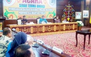 Proses serah terima jabatan dua direktur Perusahaan Daerah Banama Tingang Makmur di Aula Eka Hapakat, kantor Gubernur Kalteng, Kamis (23/3/2017).
