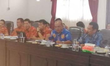 Direktur PDAM Gunung Mas Guntur J Ruben (paling kanan) ketika menyampaikan paparan saat pembahasan raperda penyertaan modal PDAM, Kamis (23/3/2017).