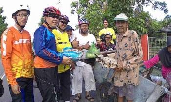 Anang Jailani, kakek pencari plastik bekas di Kuala Pembuang saat menerima bantuan sembako, Rabu (22/3/2017).