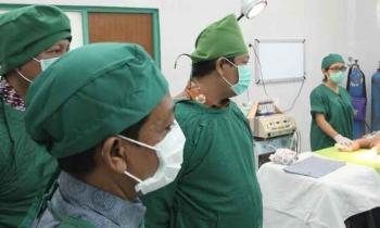 Bupati Ahmad Yantenglie saat mendengarkan penjelasan tim dokter yang akan melakukan operasi gratis bibir sumbing dan celah langit di RSUD Mas Amsyar Kasongan, Jumat (24/3/2017).