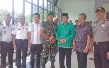 Sekda Kotim Putu Sudarsana (batik lengan pendek) saat berfoto bersama sejumlah pejabat di Kotim beberapa waktu lalu.
