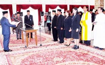 Gubernur Kalteng Sugianto Sabran melantik 13 pejabat eselon, Jumat (24/3/2017)