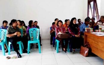 Pihak Kelurahan Tampang Tumbang Anjir saat rapat dengan warga, Jumat (24/3/2017)