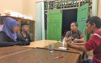 Kepala Satpol PP dan Damkar Kobar, Hermon F Lion saat menginterogasi Budi dan Lauren di kantor Satpol PP Kobar, Kamis (23/3/2017)