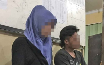 Waria berinisial AS alias Lauren (21) dan kekasihnya Rizki Budiansyah alias Budi (26) membisu di Kantor Satpol PP Kobar setelah keduanya digerebek saat mesum di Pangkalan Bun Park, Kamis (24/3/2017) malam.